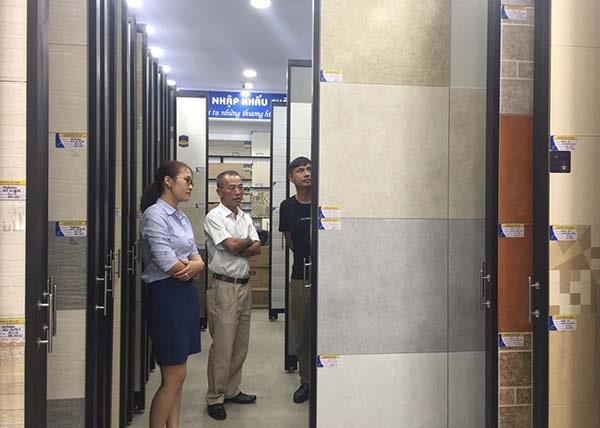 Khách hàng đến với Showroom Hải Linh để được tư vấn và sở hữu gạch ốp tường phòng bếp đẹp ưng ý